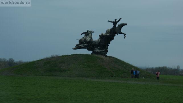 Памятник с лошадями