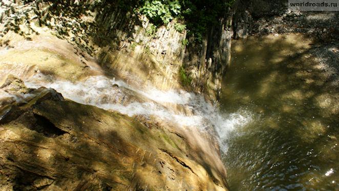 Средний водопад белые скалы вид