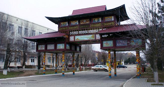 Триумфальная арка на площади Ленина Элиста