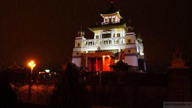 Золотая обитель Будды Шакьямуни ночью