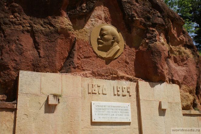 Мемориальный комплекс с барельефом в человеческий рост Кисловодск памятники на могилу на заказ москва