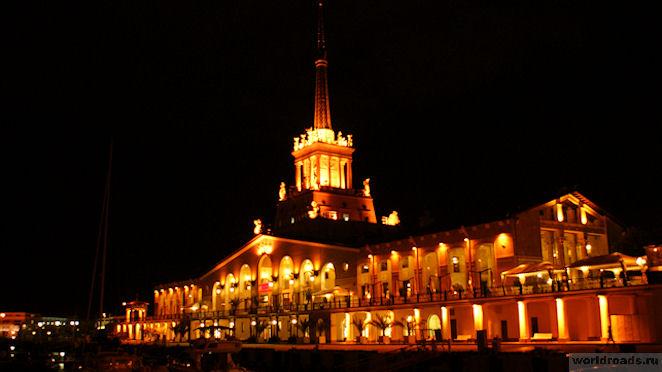 Морской вокзал Сочи ночью