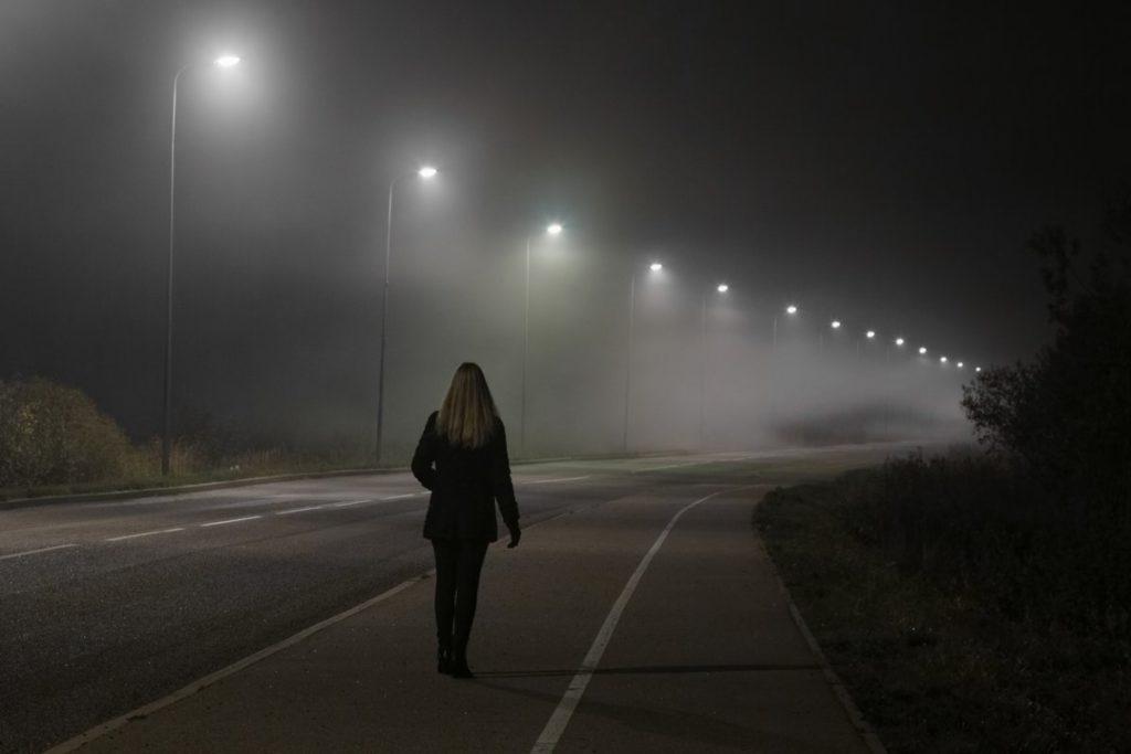 Люди ночью на дороге