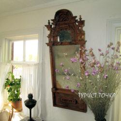 Зачем на старинных зеркалах маленькое зеркало, в которое не может заглянуть человек